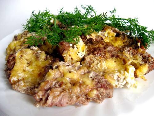 Можно еще запечь картофель точно так же и подать вместе с мясом которым мы запекали в фольге .