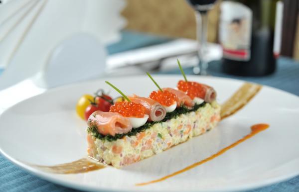сытный салат с красной рыбой