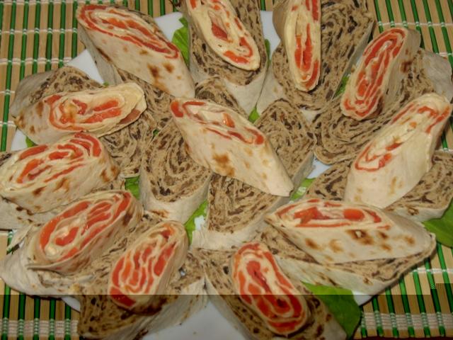 Рецепт приготування рулетів з лаваша з грибами і фореллю